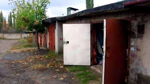 Взломав замки ворот, воры проникли в гараж, откуда