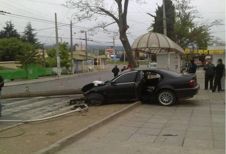 В Алуште BMW снес столб: четверо пострадавших, фото-1